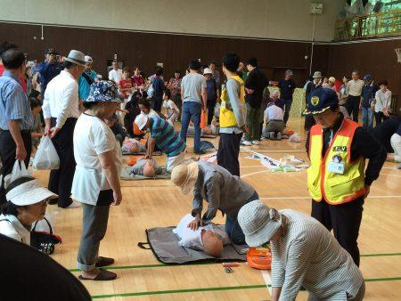 緑小体育館内で行われた救急救命訓練。胸骨圧迫(心臓マッサージ)やAEDの使い方について、取り組みました