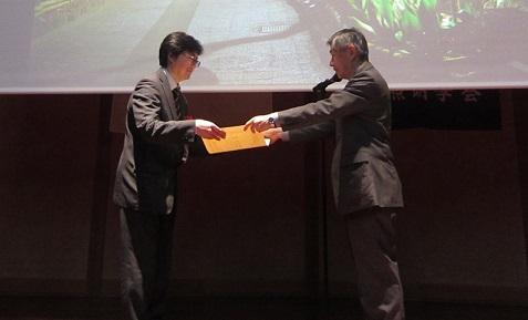 理事長が表彰状をいただきました。